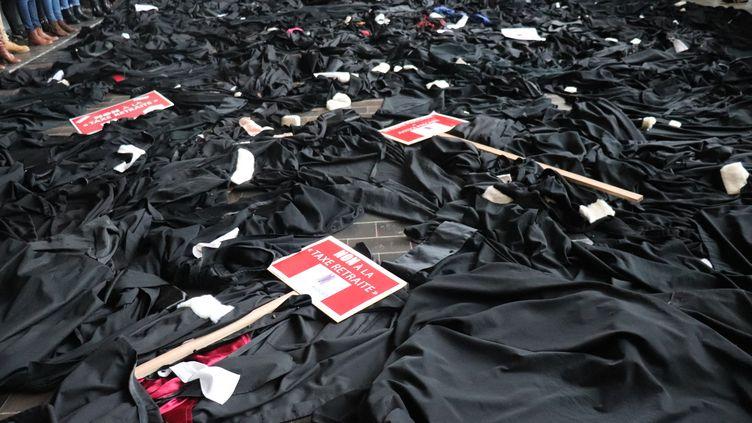 Jeudi 9 janvier 2019, plusieurs centaines d'avocats avaient également jeté leur robe par terre au Palais de justice de Lille pour protester contre la réforme des retraites. (FRANCOIS CORTADE / RADIO FRANCE)