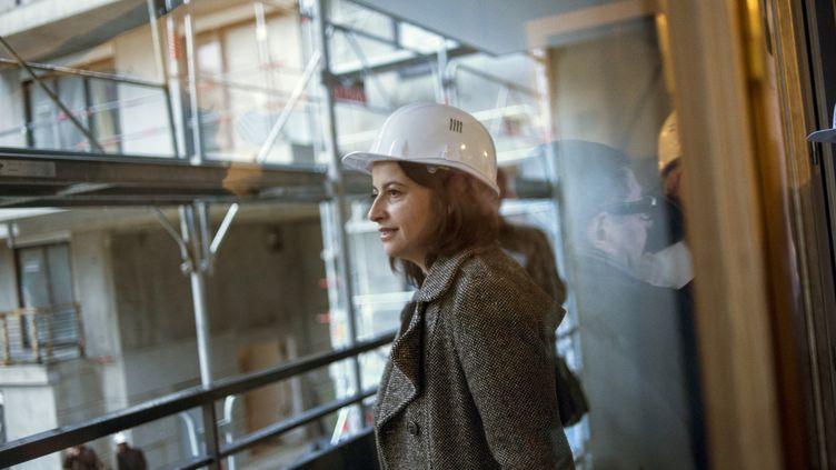 L'ancienne ministre du Logement Cécile Duflot lors d'une visite sur le chantier de construction de logements sociaux, à L'Haÿ-les-Roses (Val-de-Marne), le 3 janvier 2013. (FRED DUFOUR / AFP)