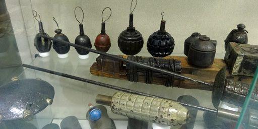 Des armes de toutes les formes sont extraites des anciens champs de bataille. Un siècle après, elles peuvent encore représenter un risque considérable pour ceux qui les exhument... (France Télévisions - Laurent Ribadeau Dumas)