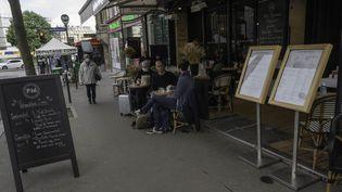 Des gens sont en terrasse à Paris, le 19 mai 2021 pour la réouverture. (ESTELLE RUIZ / HANS LUCAS / AFP)