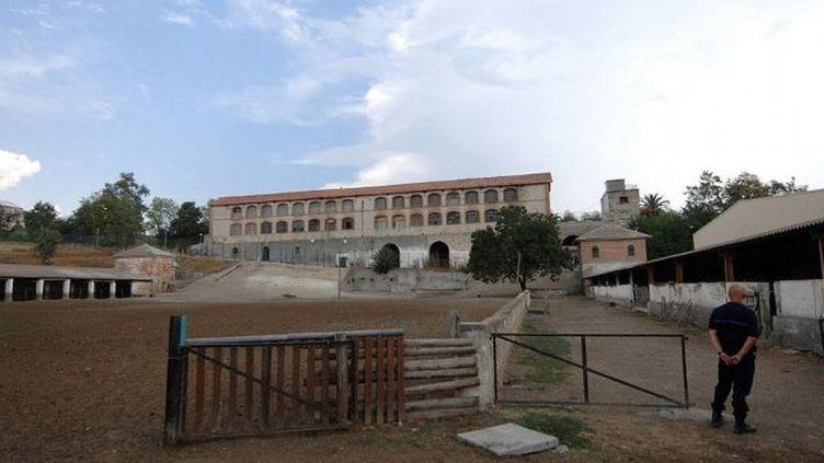 Un surveillant est en faction, le 26 août 2009 devant un des bâtiments du centre pénitentaire de Casabianda, à Alérian, à 70 km au Sud de Bastia. (STEPHAN AGOSTINI / AFP)