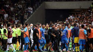 Situation confuse sur la pelouse de l'Allianz Riviera à Nice après les débordements lors du match contre Marseille, le 22 août 2021. (SEBASTIEN BOTELLA / MAXPPP)