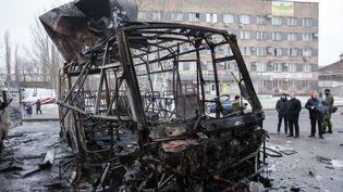 L'obus de mortier a explosé dans un arrêt de bus de Donetsk (Ukraine), mercredi 11 février 2015. (MAXIM SHEMETOV / REUTERS)