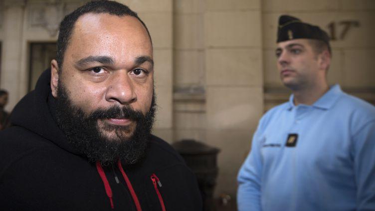 Dieudonné, au tribunal de Paris, le 13 décembre 2013. (JOEL SAGET / AFP)