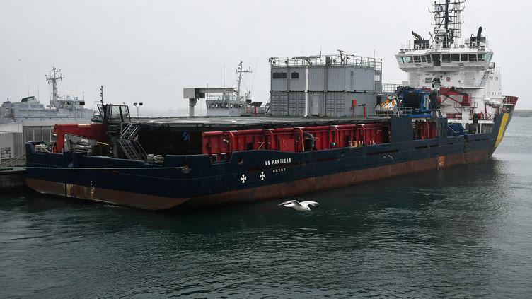 Le navire VN Partisan, affrété par l'agence européenne de sécurité maritime, équipé de matériel de lutte antipollution. (FRED TANNEAU / AFP)