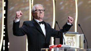 Ken Loach célèbrant sa deuxième Palme d'or, le 22 mai 2016 au 69e festival de Cannes. (VALERY HACHE / AFP)