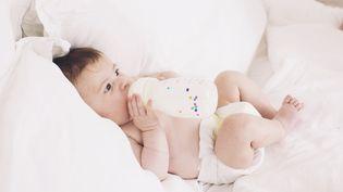 Un nourrisson boit du lait infantile (image d'illustration). (MAXPPP)