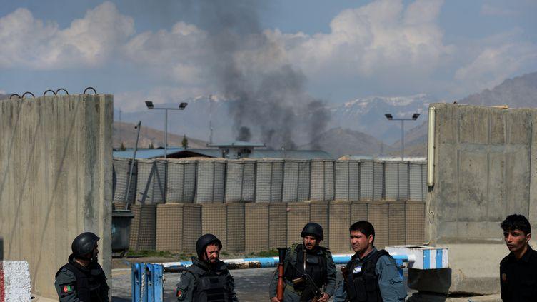 Kaboul (Afghanistan), le 29 mars 2014, une fumée au-dessus dele siège de la Commission électorale indépendante (WAKIL KOHSAR / AFP)
