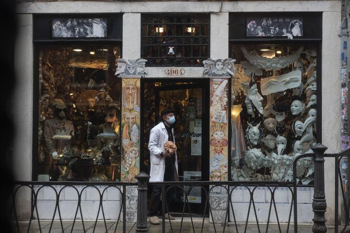 Hamid Seddighi, fabricant de masques à Venise, devant sa boutique Ca del Sol, le 6 février 2021. (MARCO BERTORELLO / AFP)