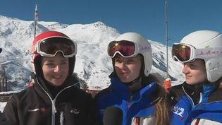 Trois lycéennes sur les pistes de ski. (France 2)