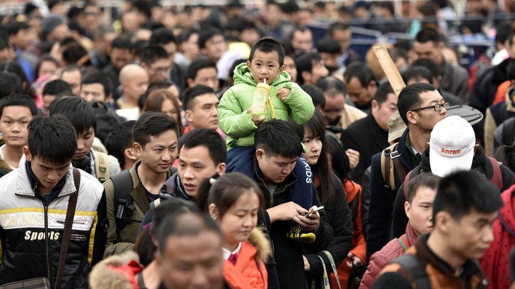 Les passagers bloqués à la gare de Canton (Chine),le 2 février 2016. (LIU DAWEI / XINHUA / AFP)