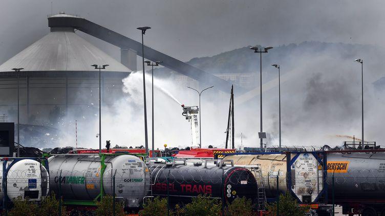 Des pompiers interviennent sur le site de l'usine Lubrizol, à Rouen (Seine-Maritime), touchée par un incendie, le 26 septembre 2019. (MAXPPP)