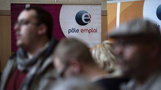 Des demandeurs d'emploi dans une agence Pôle emploi à Dunkerque (Nord), en mars 2017. (PHILIPPE HUGUEN / AFP)