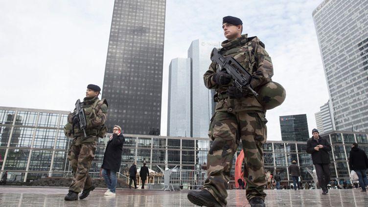 (L'état d'urgence a été proclamé après les attentats djihadistes qui ont fait 130 morts le 13 novembre à Paris. Il a été prolongé jusqu'à fin février par le Parlement. Photo d'illustration des mesures de sécurité renforcées à La Défense © Maxppp)