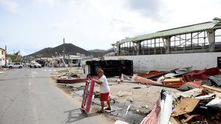 Un homme dans les décombres, sur l'île de Saint-Martin, le 8 septembre 2017. (MARTIN BUREAU / AFP)