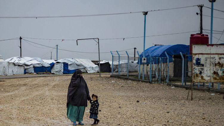 Une femme et son enfants, dans le camp de réfugiés Roj, au nord-est de la Syrie, le 4 février 2021. (DELIL SOULEIMAN / AFP)