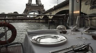 Une table du Ducasse sur Seine. (LIONEL BONAVENTURE / AFP)