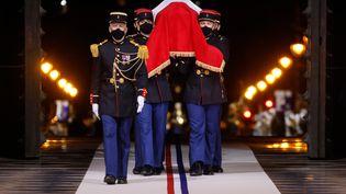 Le cercueil de l'écrivain Maurice Genevoix, porté par la Garde Républicaine, entre au Panthéon, mercredi 11 novembre 2020. (LUDOVIC MARIN / AFP)