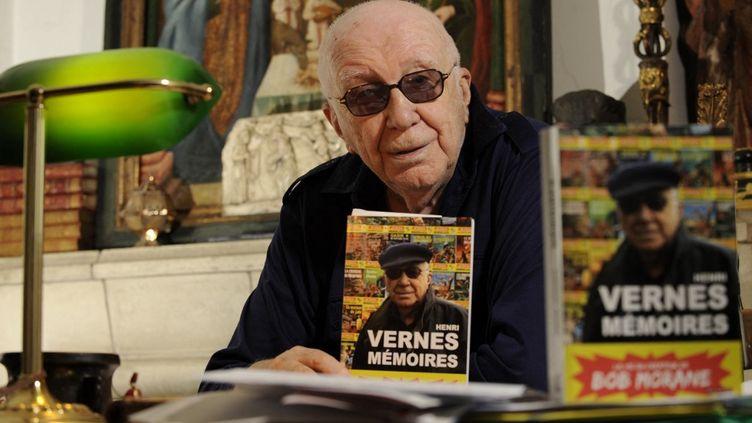 L'auteur de Bob Morane, Henri Vernes en 2012 avec son livre de mémoires en 2012. (JOHN THYS / AFP)