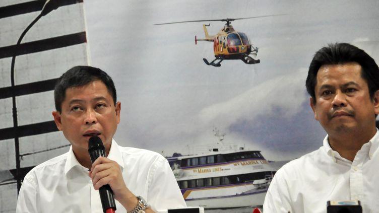 Le ministre indonésien des Transports donne une conférence de presse à Jakarta, dimanche 16 août, après la disparition d'un avion transportant 54 personnes. (WAWAN KURNIAWAN / AFP)
