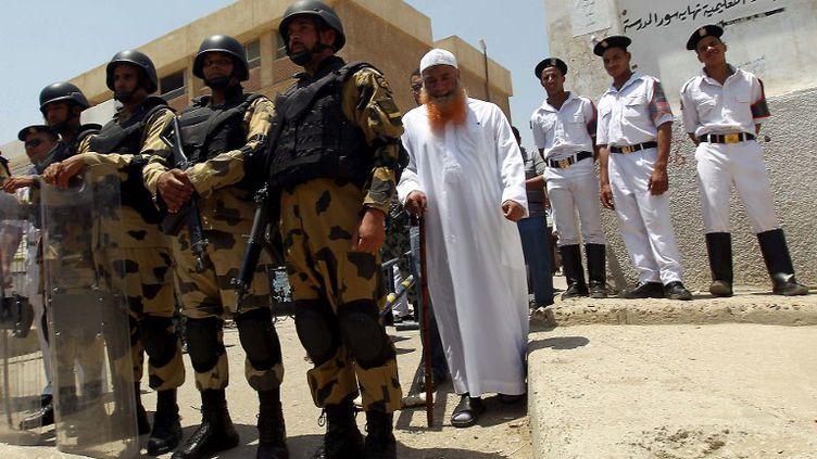 A la sortie d'un bureau de vote au Caire, en Egypte, le 16 juin 2012. (KHALED DESOUKI / AFP)