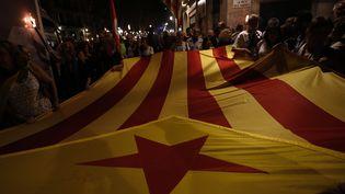 """A la veille de la """"fête nationale"""" en Catalogne le 11 septembre, des pro-séparatistes ont manifesté dans les rues de Barcelone. (PAU BARRENA / AFP)"""