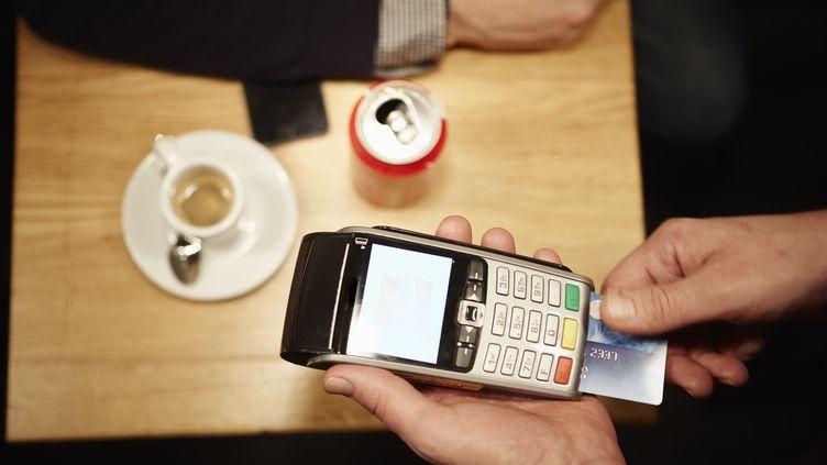 De nombreux commerçants imposent une limite (généralement 15 euros) en dessous de laquelle il n'est pas possible de payer par carte bancaire. (KATHLEEN FINLAY / IMAGE SOURCE / AFP)