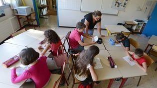 Des écoliers effectuent un exercice de lecture, à Vitrolles (Bouches-du-Rhône), le 27 août 2012. (GERARD JULIEN / AFP)