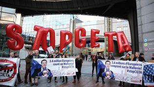 Une manifestation contre le traité de libre-échange entre le Canada et l'Union européenne à Bruxelles (Belgique), le 20 octobre 2016. (ARIS OIKONOMOU / SOOC / AFP)