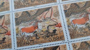 Les timbres Lascaux sont en vente au prix de 88 centimes d'euro. (ANTOINE BALANDRA / RADIOFRANCE)