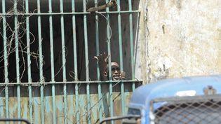 Un prisonnier lors d'une mutinerie à la prison centrale de Conakry, le 9 novembre 2015. (CELLOU BINANI / AFP)
