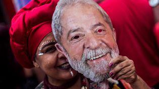 """Lula, """"l'absetn-présent"""" de la présidentielle brésilienne. (DANIEL RAMALHO / AFP)"""