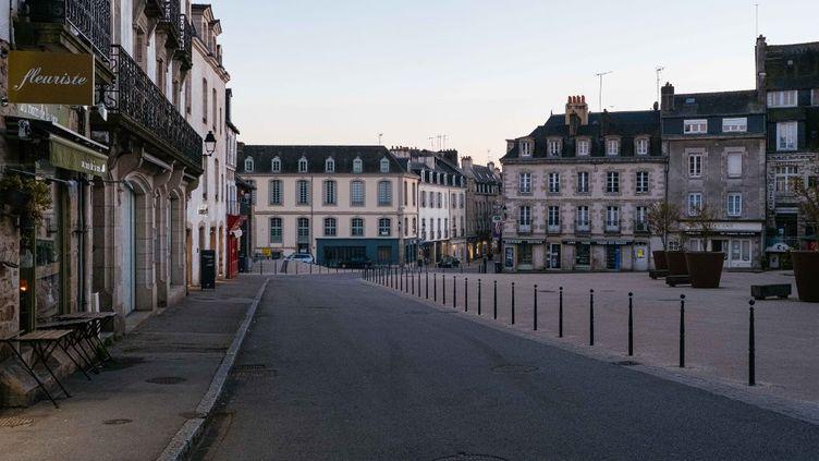 Le premier jour de l'application du couvre-feu à 19 heures à Vannes (Morbihan), le 20 mars 2021. (MATHIEU MENARD / HANS LUCAS / AFP)