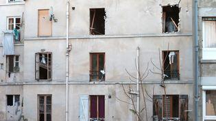 La façade de l'immeuble de Saint-Denis (Seine-Saint-Denis) dévasté par l'assaut de la police contre la planque du cerveau présumé des attentats du 13 novembre à Paris, le 18 novembre 2015. (JOEL SAGET / AFP)