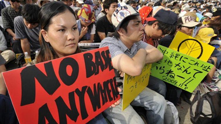 Manifestants japonais contre la construction d'une base américaine à Okinawa, le 8/11/2009 (AFP/Kazuhiro Nogi)