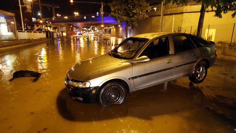 Une voiture emportée par les inondations, samedi 3 octobre, à Nice (Alpes-Maritimes). (VALERY HACHE / AFP)