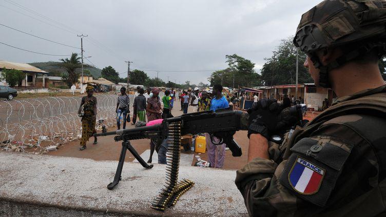 Un soldat français positionné à un check-point à Bangui (Centrafrique), le 1er mars 2014. (SIA KAMBOU / AFP)