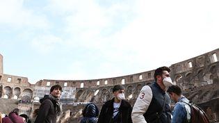 Des touristes avec des masques respiratoires, le 6 mars 2020 à Rome (Italie). (TIZIANA FABI / AFP)