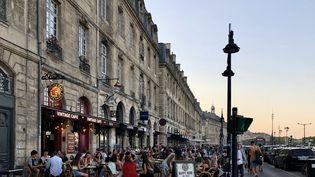 Une terrasse bondée à Bordeaux, quelques heures après les annonces de la préfecture. (NOEMIE BONNIN / FRANCEINFO / RADIO FRANCE)