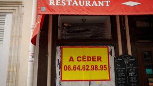 Un restaurant ferme définitivement fermé à cause de la crise du Covid-19 à Paris. (THOMAS PADILLA / MAXPPP)