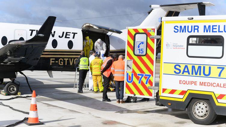 Un patient atteint du Covid-19 est transféré de l'aéroport parisien d'Orly à Bordeaux, le 14 mars 2021. (JACQUES WITT / POOL / AFP)