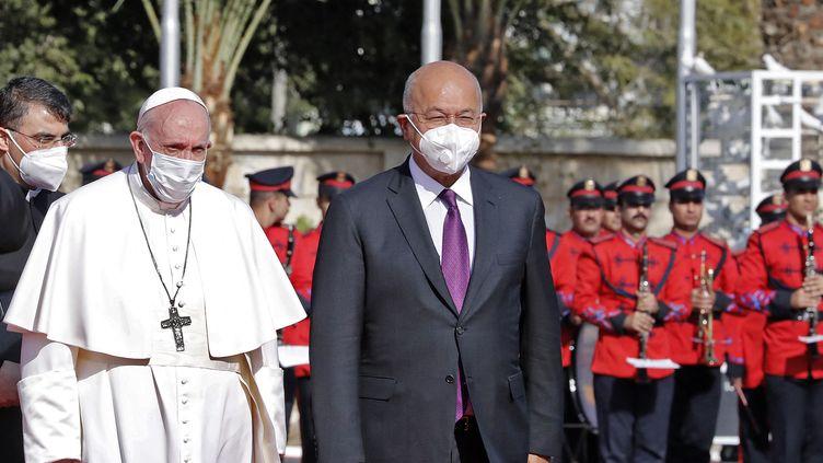 Le pape François, accueilli par le président irakien Barham Saleh à Bagdad, le 5 mars 2021. (SABAH ARAR / AFP)