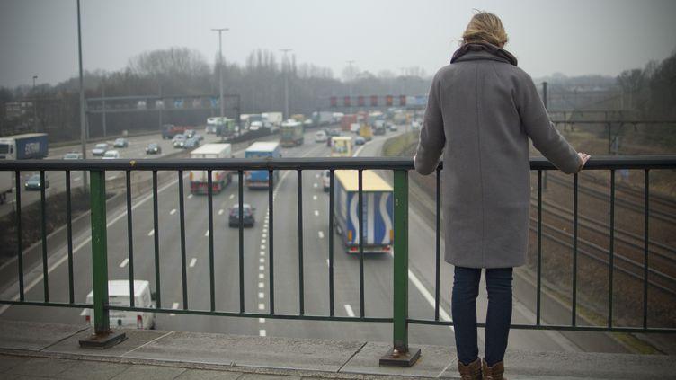 Femme au bord d'un pont, à Anvers (Belgique), le 1er février 2011. (DRIES LUYTEN / BELGA MAG / BELGA/AFP)