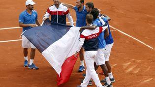 L'équipe de France célèbre sa victoire face à la République tchèque, en demi-finale de la Coupe Davis,à Roland-Garros (Paris), le 14 septembre 2014. ( CHARLES PLATIAU / REUTERS)