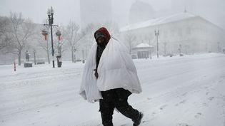 Les températures étaient si glaciales à Boston que cet habitant s'est emmitouflé dans une couette pour sortir de chez lui. (SPENCER PLATT / GETTY IMAGES NORTH AMERICA / AFP)