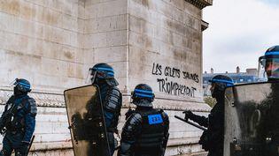 """Des CRS durant les manifestations des """"gilets jaunes"""" à Paris, le 1er décembre 2018. (SIMON GUILLEMIN / HANS LUCAS / AFP)"""