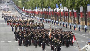 Les élèves de l'Ecole Polytechnique descendent les Champs-Elysées pour le défilé du 14 julillet 2016.  (DOMINIQUE FAGET / AFP)
