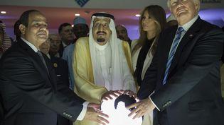 Le président des Etats-Unis, Donald Trump (D), son épouse Melania, le roi d'Arabie saoudite (2e G) et le président égyptien (G) placent leursmains sur un globe incandescent, en Arabie e, le 21 mai 2017. (BANDAR ALGALOUD / SAUDI ROYAL CO / ANADOLU AGENCY AFP)