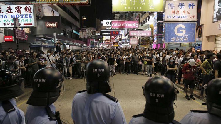 La police anti-émeute de Hong Kong face aux manifestants, le 17 octobre 2014. (VINCENT YU / AP / SIPA )
