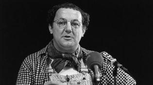 Michel Colucci, alias Coluche, annonce sa candidature à l'élection présidentielle de 1981, le 30 octobre 1980 à Paris. (MICHEL CLEMENT / AFP)